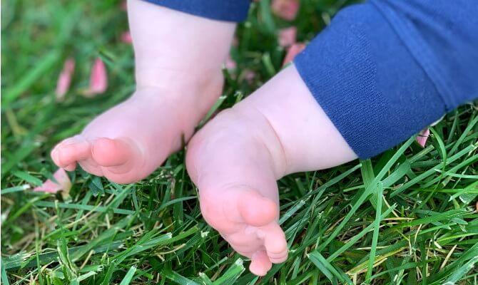 copil descult iarba